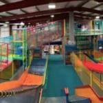 Dit indoor speelparadijs is voor volwassenen. Inclusief Happy hour & goedkope drankjes!